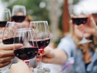 kelsey knight udj2tD3WKsY unsplash 326x245 - Har du styr på vin til weekendens middag?